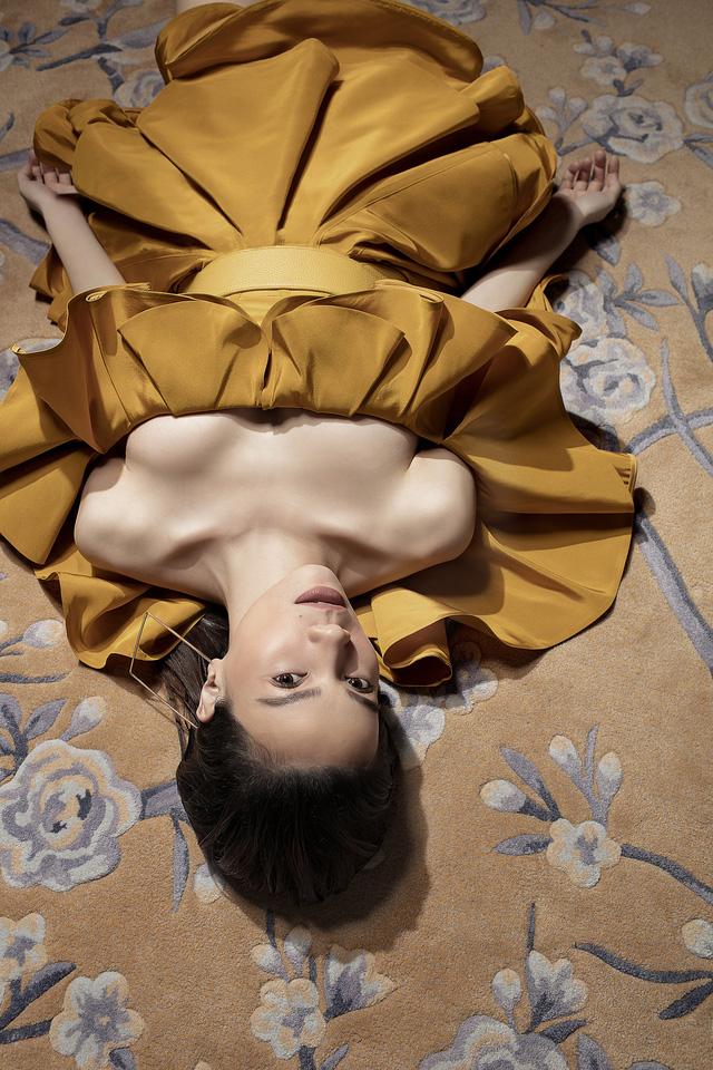 Ngắm Hồ Ngọc Hà và Thanh Hằng trong BST mới của Công Trí, từng xuất hiện trên Vogue Paris - Ảnh 18.