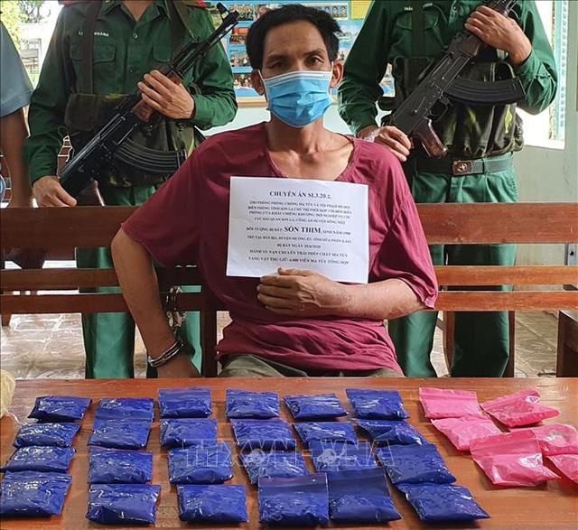 Bắt quả tang đối tượng người Lào vận chuyển 6.000 viên ma túy tổng hợp - Ảnh 1.