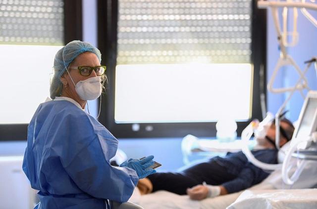 Hệ thống y tế Mỹ lại đứng trước nguy cơ vỡ trận - Ảnh 1.