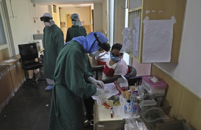 9,8 triệu ca nhiễm COVID-19 trên toàn cầu, Mỹ vượt Brazil với gần 43.000 người mắc mới - Ảnh 2.