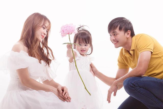 Ngày Gia đình Việt Nam, ngắm khoảnh khắc hạnh phúc bên gia đình của các diễn viên - Ảnh 13.