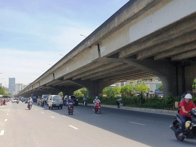 Muôn kiểu vi phạm giao thông những ngày nắng nóng kỷ lục - Ảnh 1.