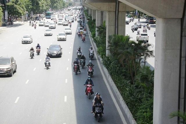 Muôn kiểu vi phạm giao thông những ngày nắng nóng kỷ lục - Ảnh 2.