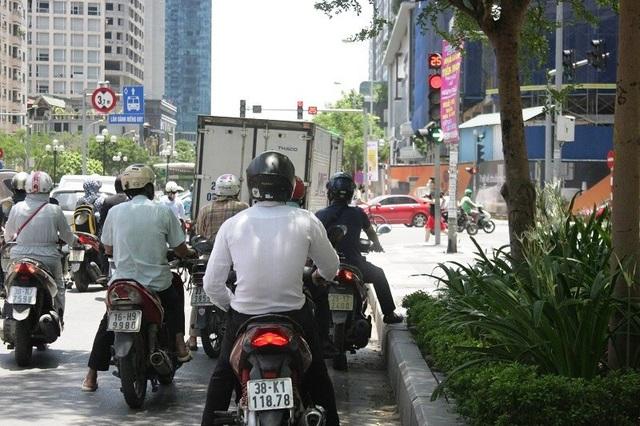 Muôn kiểu vi phạm giao thông những ngày nắng nóng kỷ lục - Ảnh 3.