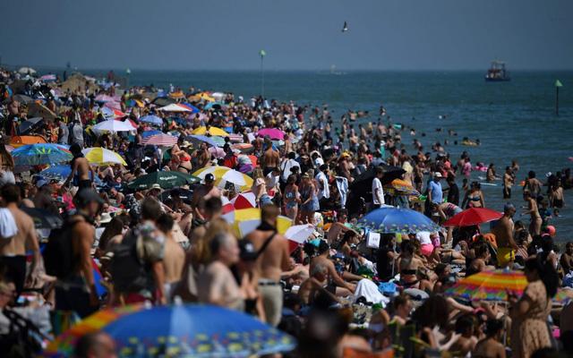 Tiềm ẩn nguy cơ bùng phát COVID-19, chính quyền Anh cảnh báo đóng cửa các bãi biển - ảnh 2