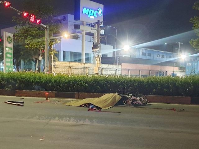 Truy tìm tài xế tông xe khiến đôi nam nữ chết thảm giữa đường ở Bình Dương - Ảnh 1.