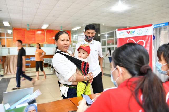 Tầm soát bệnh tim bẩm sinh cho hơn 1.400 trẻ em vùng cao tại Hà Giang - Ảnh 9.