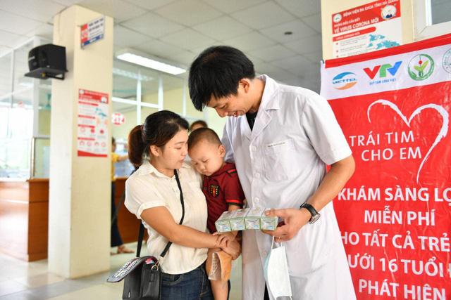 Tầm soát bệnh tim bẩm sinh cho hơn 1.400 trẻ em vùng cao tại Hà Giang - Ảnh 7.