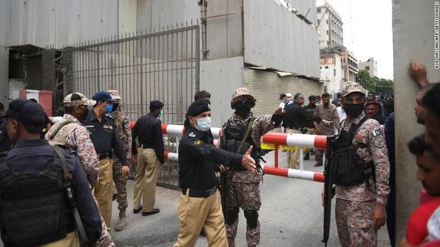 Nổ súng tại sàn giao dịch chứng khoán Pakistan: Ít nhất 5 người thiệt mạng - Ảnh 1.