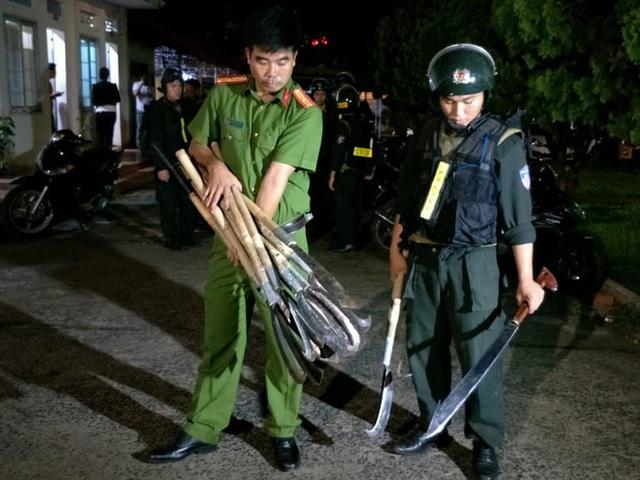 Hơn 50 thanh niên dùng bom xăng, dao rựa hỗn chiến trong đêm - Ảnh 2.