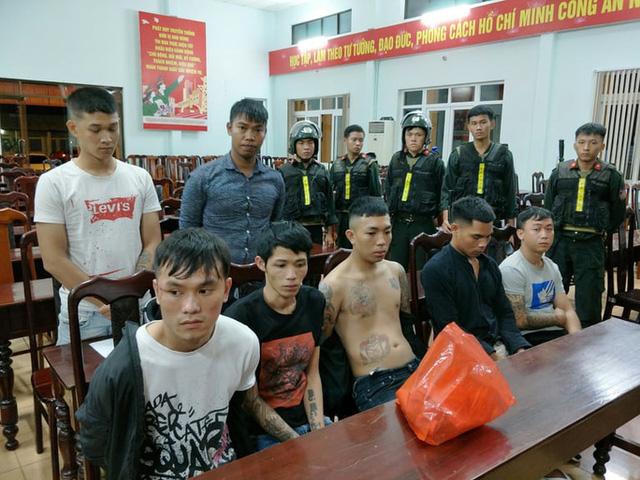 Hơn 50 thanh niên dùng bom xăng, dao rựa hỗn chiến trong đêm - Ảnh 1.