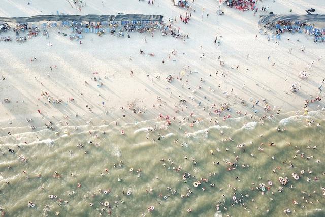 Cuối tuần, hàng chục ngàn người chen chân tắm biển Bãi Cháy - Ảnh 3.