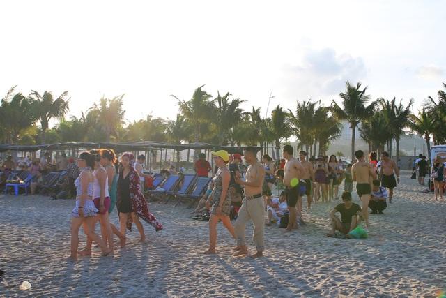 Cuối tuần, hàng chục ngàn người chen chân tắm biển Bãi Cháy - Ảnh 2.