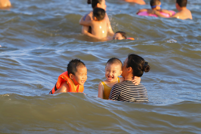 Cuối tuần, hàng chục ngàn người chen chân tắm biển Bãi Cháy - Ảnh 4.