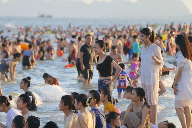 Cuối tuần, hàng chục ngàn người chen chân tắm biển Bãi Cháy - Ảnh 1.
