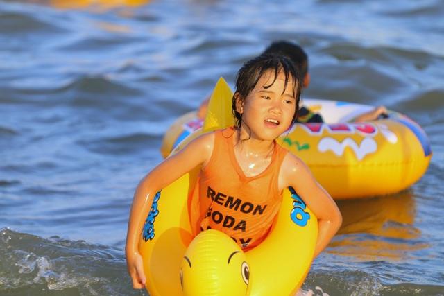 Cuối tuần, hàng chục ngàn người chen chân tắm biển Bãi Cháy - Ảnh 6.