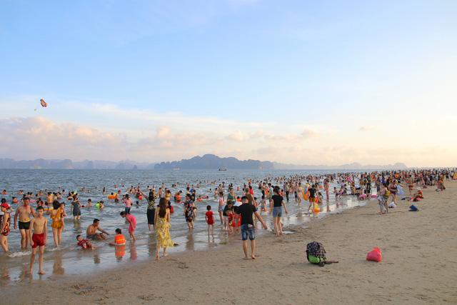 Cuối tuần, hàng chục ngàn người chen chân tắm biển Bãi Cháy - Ảnh 5.