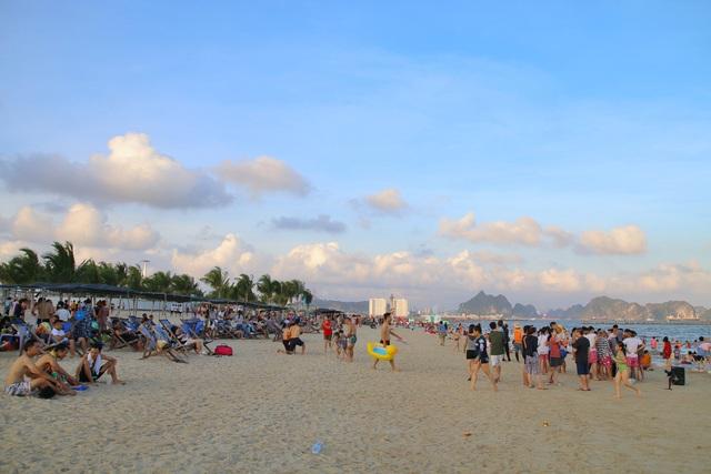 Cuối tuần, hàng chục ngàn người chen chân tắm biển Bãi Cháy - Ảnh 7.
