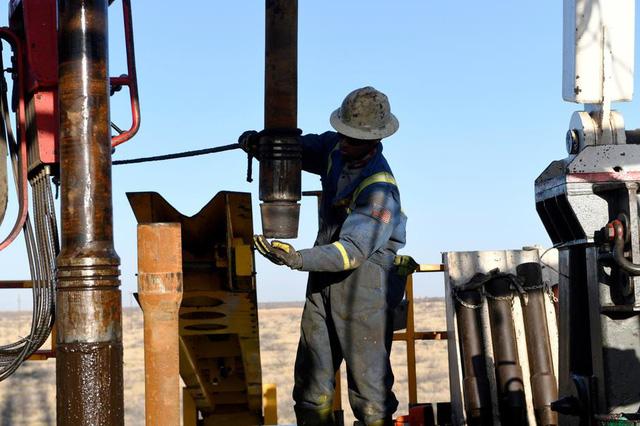 Giá dầu vượt mốc 40 USD/thùng - Ảnh 1.