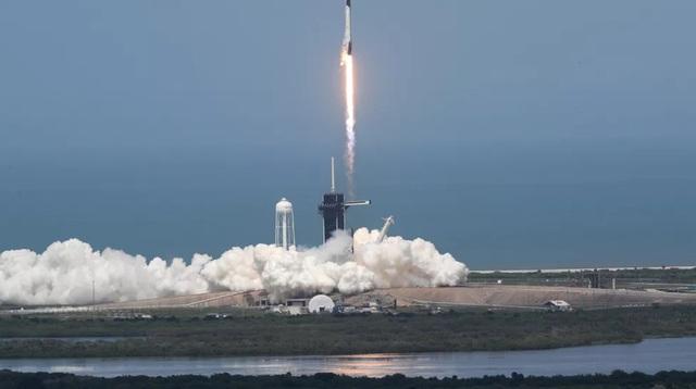 VIDEO: Cuộc trò chuyện lịch sử của hai phi hành gia trên tàu vũ trụ SpaceX - Ảnh 1.
