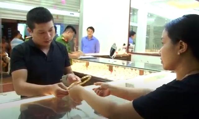 Vụ cướp tiệm vàng ở Mễ Trì Thượng: Thực nghiệm hiện trường, điều tra hành vi phạm tội của kẻ cướp 9X - Ảnh 2.