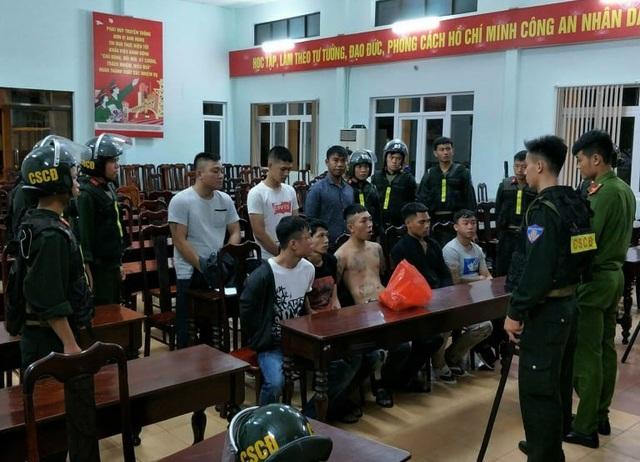 Vụ hỗn chiến bằng dao rựa, bom xăng tại Đắk Lắk: Khởi tố, bắt tạm giam 12 đối tượng - Ảnh 1.