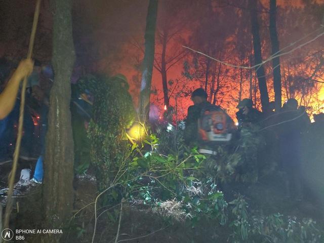 Trắng đêm dập lửa tại nhiều điểm cháy rừng ở Nghệ An, Hà Tĩnh - Ảnh 2.