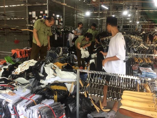 Hàng hiệu Burberry, Louis Vuitton, Gucci... fake tràn ngập chợ Ninh Hiệp - Ảnh 1.