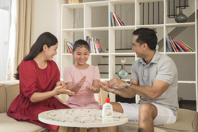 Ba mẹ cần làm gì để bảo vệ sức khoẻ gia đình trong giai đoạn bình thường mới - Ảnh 2.