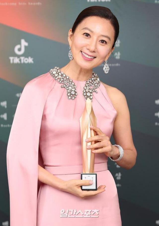Baeksang Hàn Quốc lần thứ 56: Cặp đôi Hạ cánh nơi anh bị giải thưởng ngó lơ, dàn sao Thế giới hôn nhân thắng lớn - Ảnh 2.