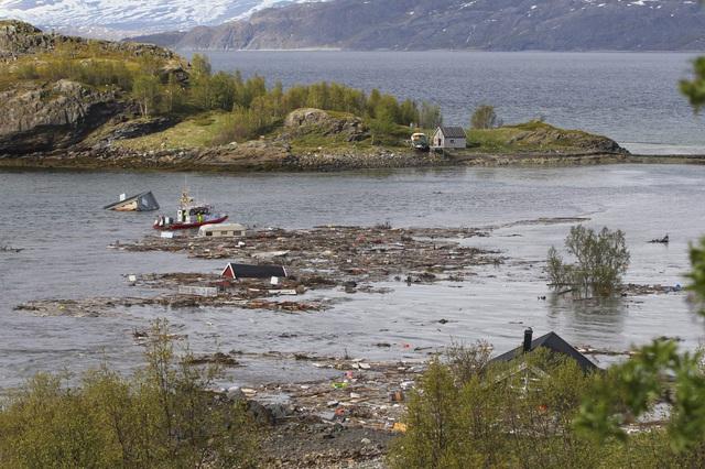 Lở đất kinh hoàng tại Na Uy, hàng loạt ngôi nhà bị cuốn ra biển - Ảnh 1.