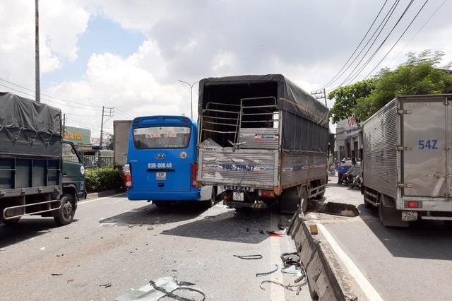 6 xe ô tô tông nhau liên hoàn, hành khách hoảng loạn kêu cứu - Ảnh 2.