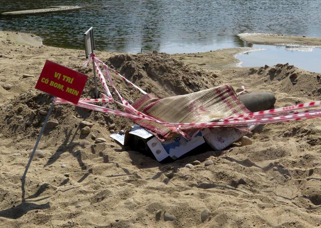 Quả bom 500kg dưới sông: Vì sao 3 ngày phơi nắng chưa xử lý? - Ảnh 1.
