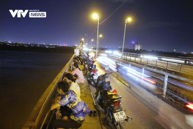 Hàng trăm người dựng xe, ngồi hóng mát gây cản trở giao thông trên cầu Long Biên - Ảnh 1.