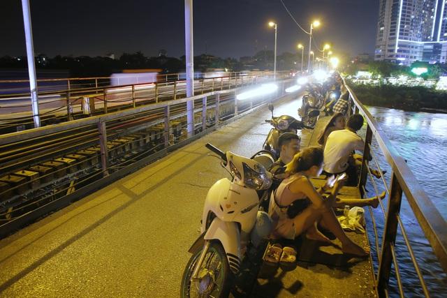 Hàng trăm người dựng xe, ngồi hóng mát gây cản trở giao thông trên cầu Long Biên - Ảnh 4.