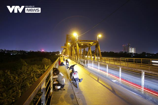 Hàng trăm người dựng xe, ngồi hóng mát gây cản trở giao thông trên cầu Long Biên - Ảnh 6.