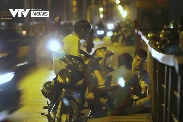 Hàng trăm người dựng xe, ngồi hóng mát gây cản trở giao thông trên cầu Long Biên - Ảnh 3.