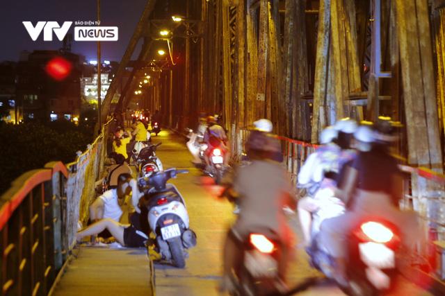 Hàng trăm người dựng xe, ngồi hóng mát gây cản trở giao thông trên cầu Long Biên - Ảnh 2.