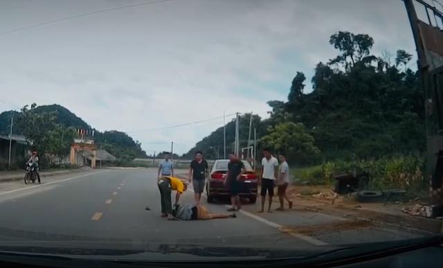 Sang đường thiếu quan sát, thanh niên đi xe máy bị ô tô tông bất tỉnh - Ảnh 1.