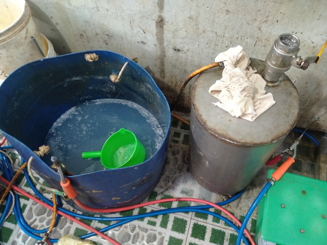 Kiên Giang: Phát hiện cơ sở đang đưa tạp chất vào tôm nguyên liệu - Ảnh 1.