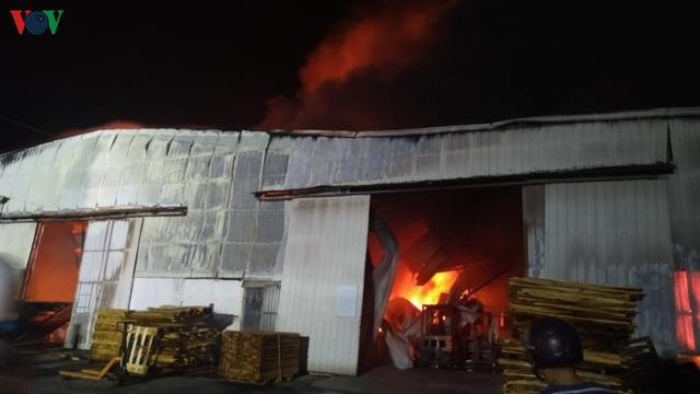 Cháy lớn thiêu rụi hàng nghìn m2 nhà xưởng công ty nội thất - Ảnh 1.