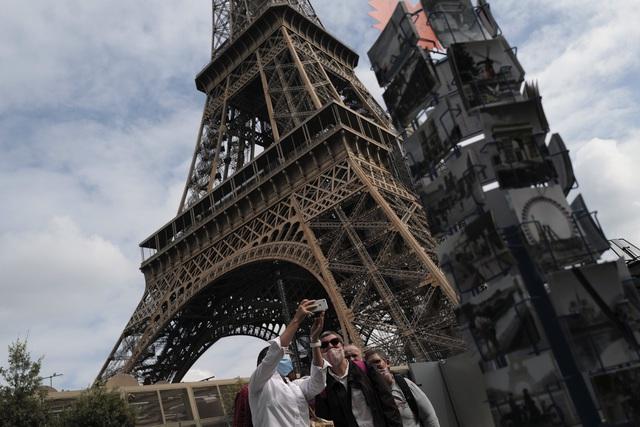 Pháp mở cửa trở lại Disneyland sau 4 tháng tạm ngừng hoạt động - Ảnh 1.
