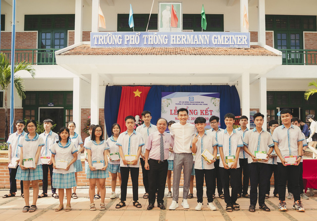 """Cựu """"học sinh cá biệt"""" Xuân Nghị trao 63 suất học bổng tại trường cũ - Ảnh 1."""