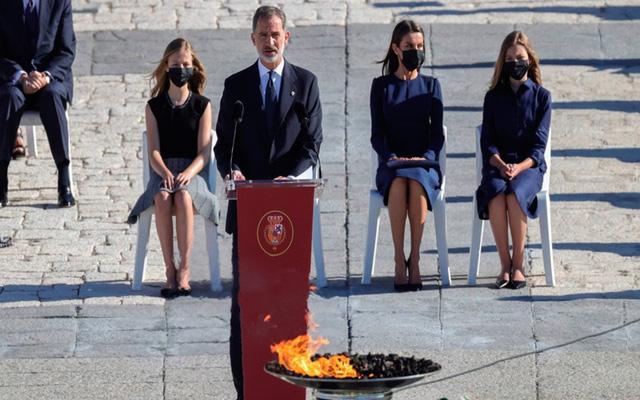 Tây Ban Nha tưởng niệm các nạn nhân tử vong do COVID-19 - Ảnh 1.
