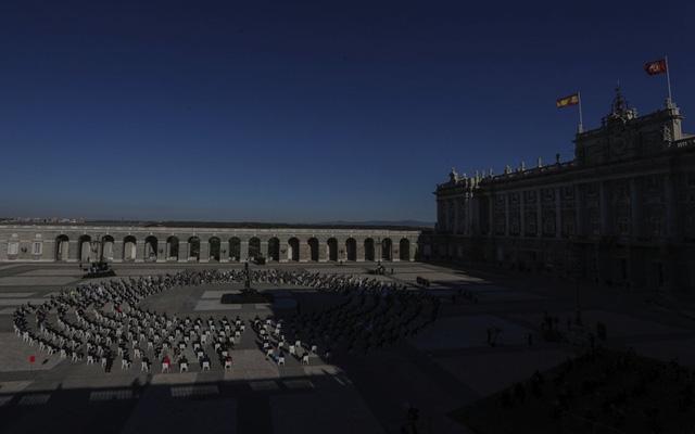 Tây Ban Nha tưởng niệm các nạn nhân tử vong do COVID-19 - Ảnh 2.