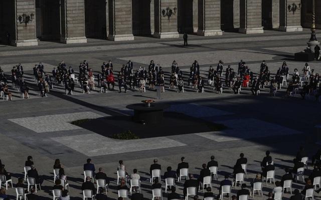 Tây Ban Nha tưởng niệm các nạn nhân tử vong do COVID-19 - Ảnh 3.