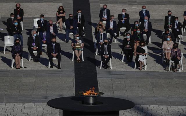 Tây Ban Nha tưởng niệm các nạn nhân tử vong do COVID-19 - Ảnh 4.