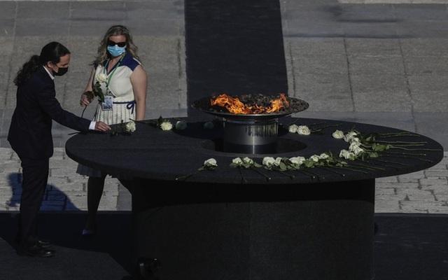 Tây Ban Nha tưởng niệm các nạn nhân tử vong do COVID-19 - Ảnh 5.