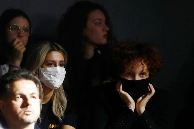 D&G cấm ôm và hôn gió trong show diễn thời trang mới nhất - Ảnh 1.
