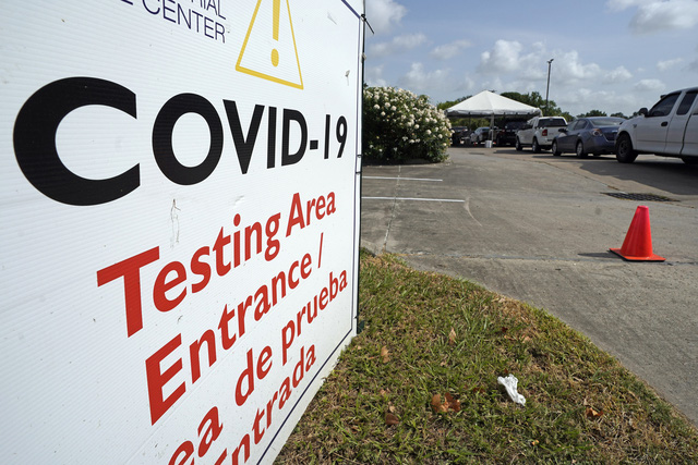 Đại dịch COVID-19 tiếp tục bùng phát, Mỹ áp đặt thêm biện pháp an toàn - Ảnh 1.